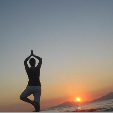 Im Sommer Yoga bei Sonnenuntergang